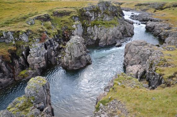Surtur pool, litteralement : le pool des ténèbres car très sombre et profond. Rivière Hrutafjardara au nord de l'Islande.