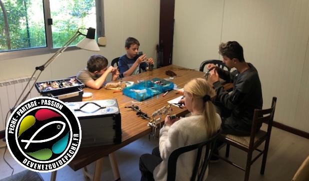 atelier de montage de mouche avec un groupe d'enfant